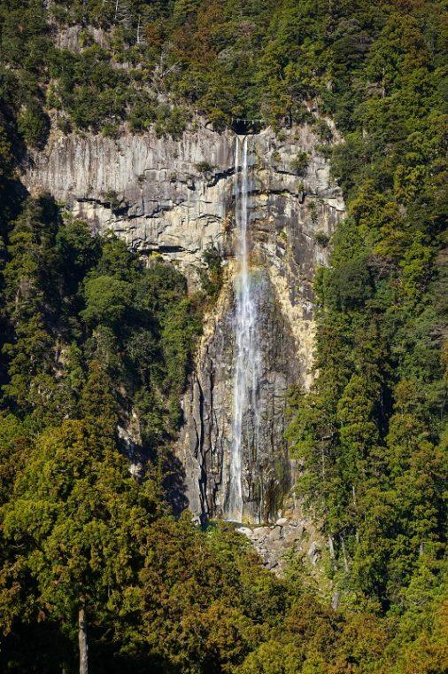 青岸渡寺の三重の塔からの那智の滝