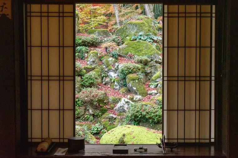 滋賀の絶景「石の寺 教林坊」の紅葉と掛軸庭園