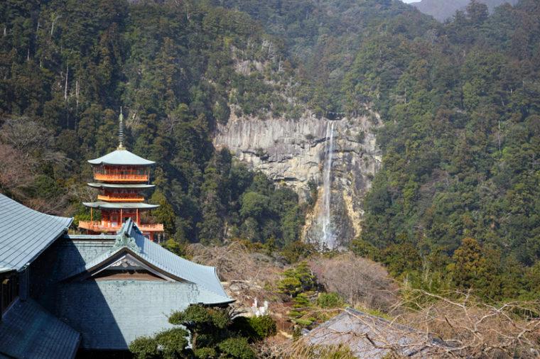 青岸渡寺の三重の塔と那智の滝