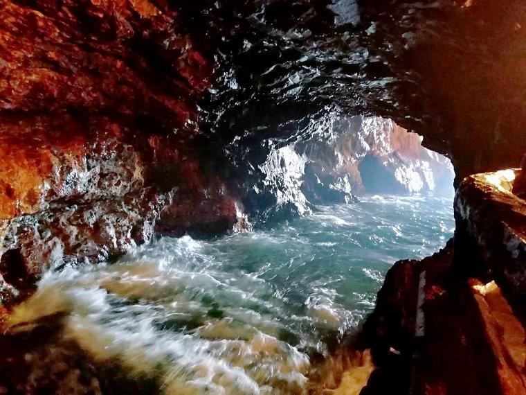 和歌山県白浜町の絶景スポット「三段壁洞窟」