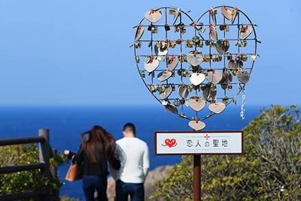 和歌山県白浜町の絶景スポット「三段壁」|恋人の聖地モニュメント